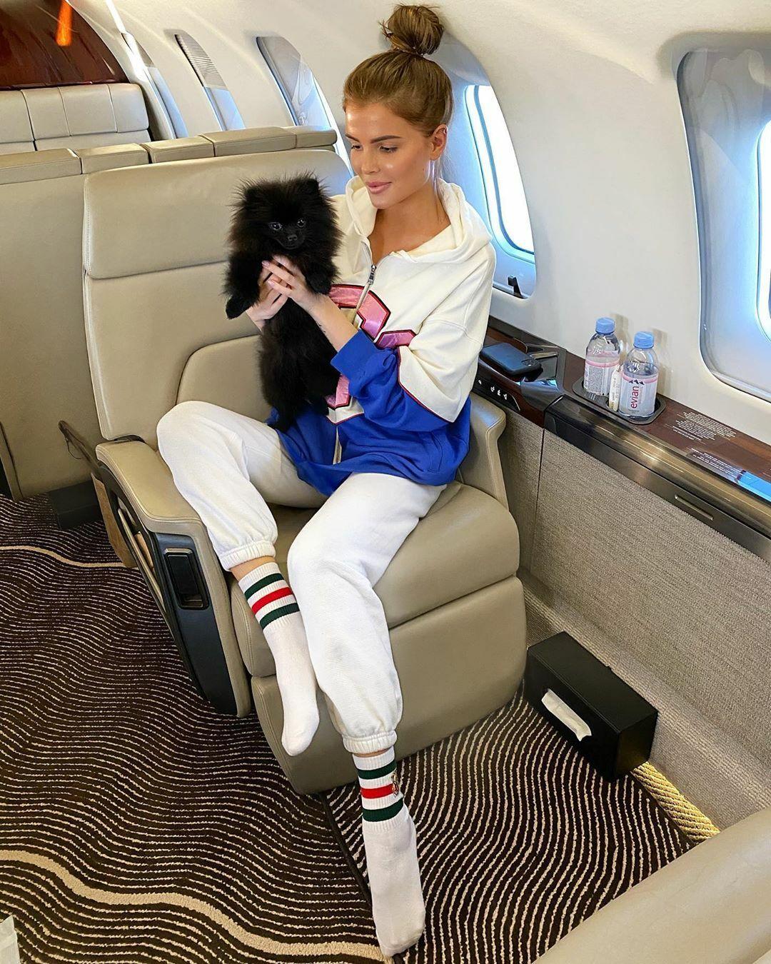 Alena Mills, đến từ Moskva, Nga, chia sẻ bức hình cô ôm chó cưng trên chuyên cơ riêng kèm chú thích Khi thế giới sống lại.