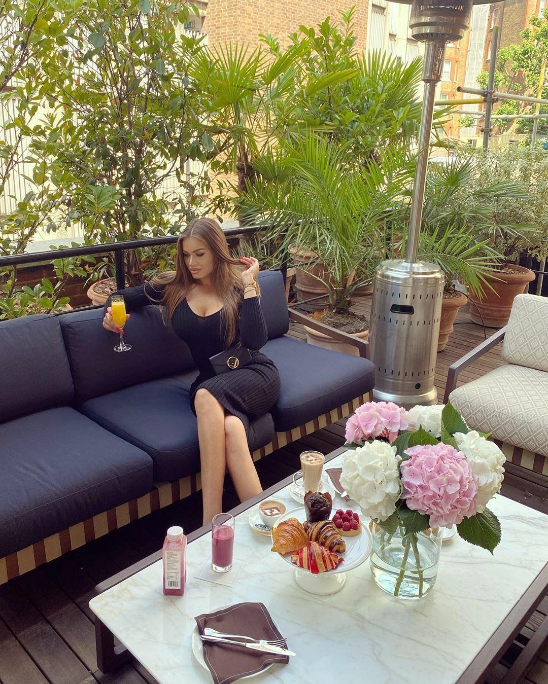Daria Radionova, người Nga, hiện đang sống ở London, chia sẻ bức ảnh ăn sáng ở cửa hàng thời trang Fendi tại Quảng trường Sloane, Knightsbridge.