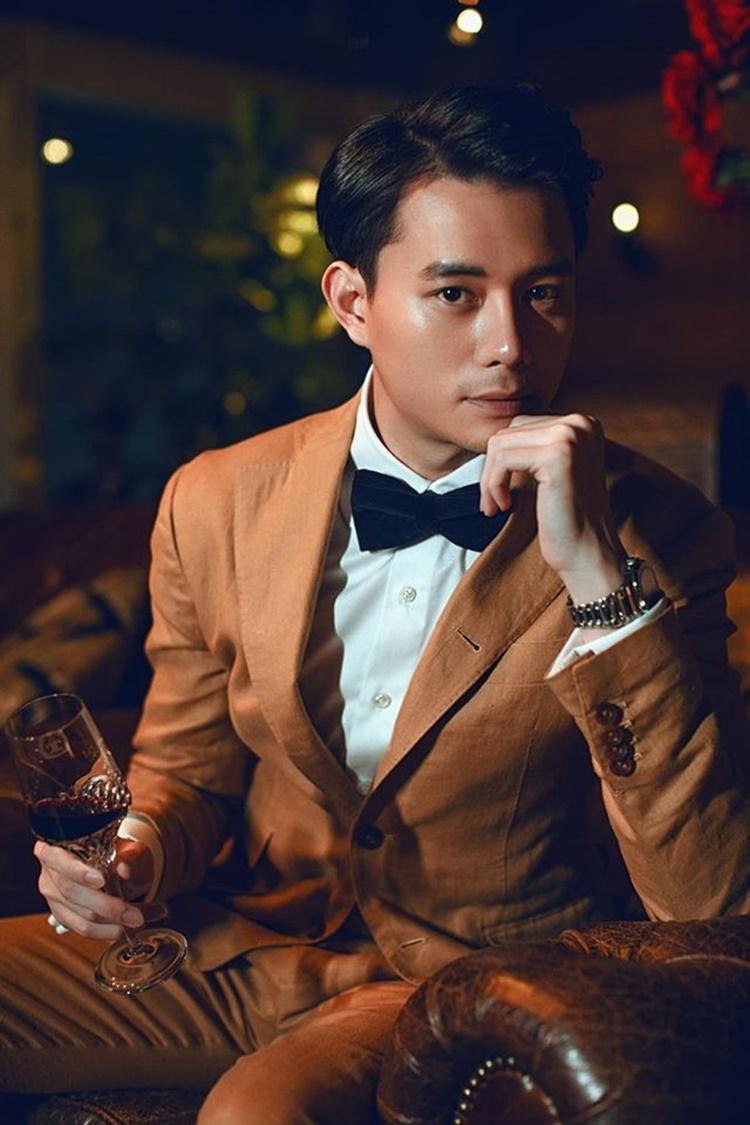 Anh Dũng cao 180 cm, sở hữu ngoại hình điển trai với những đường nét nam tính. Gu thời trang của anh lịch lãm, sang trọng pha chút thư sinh.