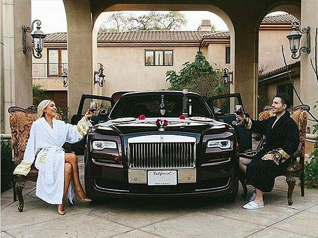 Một trong số các hình ảnh xa hoa bậc nhất là Alex Bostanian đến từ Los Angeles, duy trì giãn cách xã hội  bằng việc nâng ly rượu qua chiếc Roll-Royce thay cho chiếc bàn ăn.