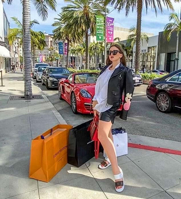 Cô gái người Nga Anna bay 1000 dặm từ Denver đến Beverly Hills ở California để ở khách sạn Four Seasons và mua sắm ở hàng loạt cửa hàng đồ hiệu như Louis Vuitton hay Saint Laurent.