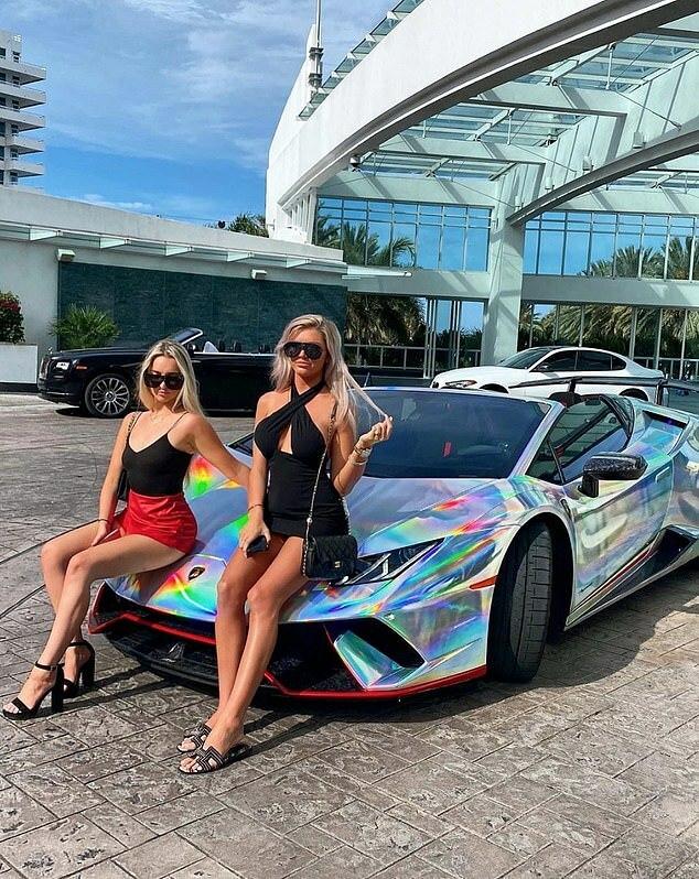 Anna Fyfe đến từ Buckhead Atlanta, tạo dáng bên ngoài khách sạn với bạn mình là Sydney Mason trên chiếc Ferrari nổi bật sau khi lái xe hơn 600 dặm đến Fontainebleau Miami Beach.