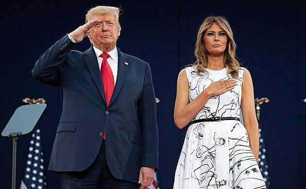 Tổng thống Mỹ Donald Trump và đệ nhất phu nhân Melania Trump đứng nghiêm trang khi nghe Quốc ca.