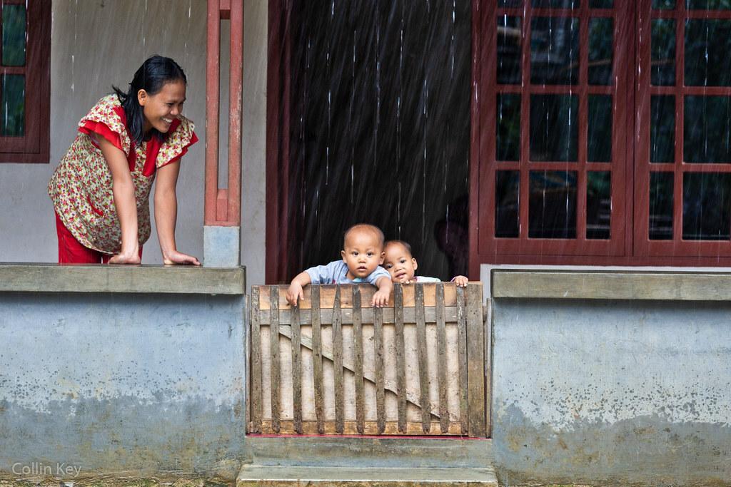 Bà mẹ hai con Juarsih (trái) tại ngôi nhà ở Indonesia.