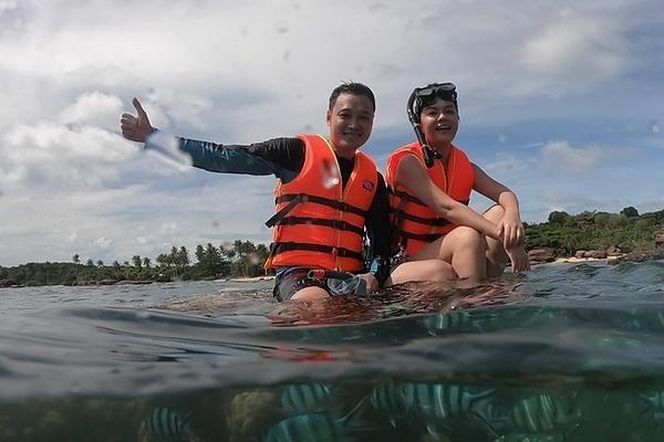 Phạm Quỳnh Anh - Quang Vinh ngồi lên rạn san hô.