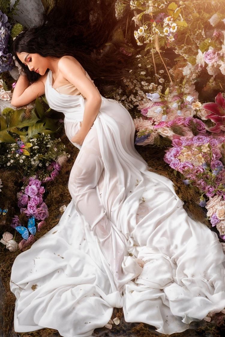 Thu Thủy đang ở tháng thứ sáu của thai kỳ. Nữ ca sĩ đội mái tóc giả dài gần 1 m, có giá 30 triệu đồng, thực hiện bộ ảnh khoe vòng hai tròn vo trong lần mang bầu thứ hai.