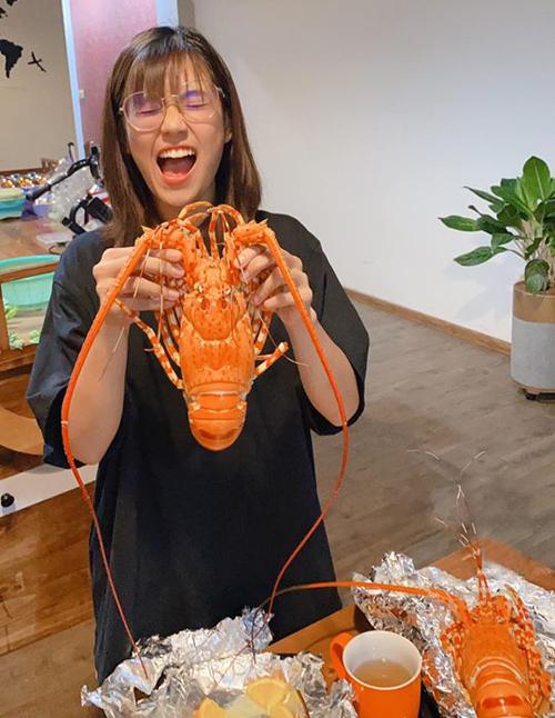 Hoàng Yến Chibi hưng phấn hết cỡ khi chuẩn bị được ăn tôm hùm.