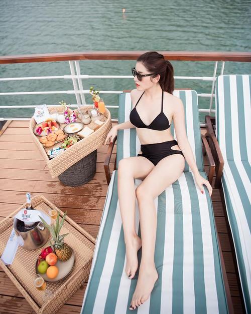 Huyền My diện bikini khoe da trắng, dáng nuột khi đi nghỉ dưỡng ở Cát Bà.
