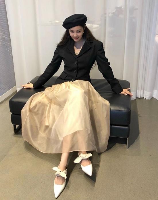 Hyo Min kết hợp vẻ cá tính và dịu dàng trong một bộ đồ.