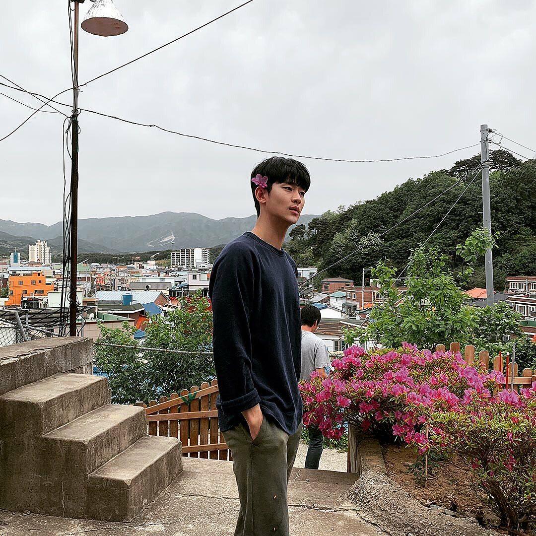 Kim Soo Hyun cài hoa lên tóc làm điệu, tha thẩn dạo chơi khi được nghỉ quay.