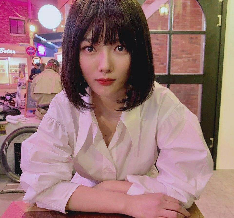 Kim Yoo Jung đội tóc giả ngắn tạo hình ảnh mới mẻ.