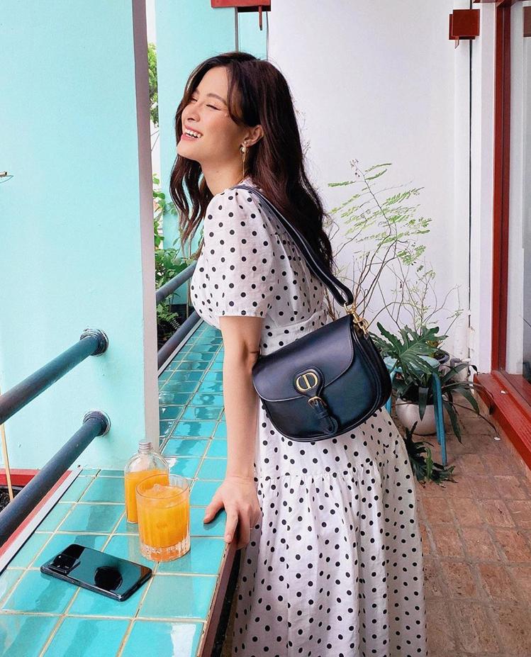 Đông Nhi đang bầu bí vẫn lên đồ sành điệu. Váy chấm bi giá bình dân được cô kết hợp ăn ý cùng túi Bobby của Dior.