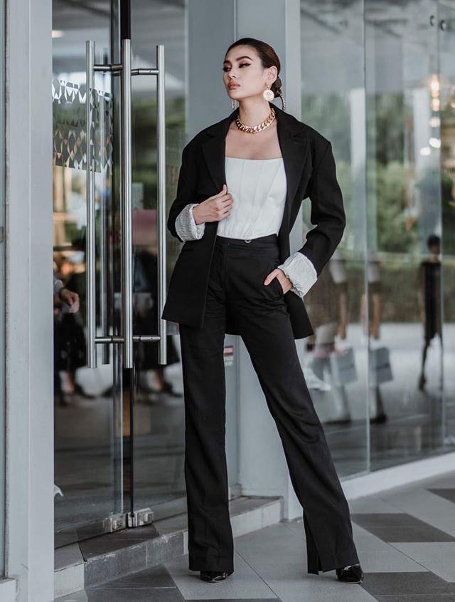 Võ Hoàng Yến mặc suit đen kết hợp trang sức kiểu dây xích rất quyền lực.