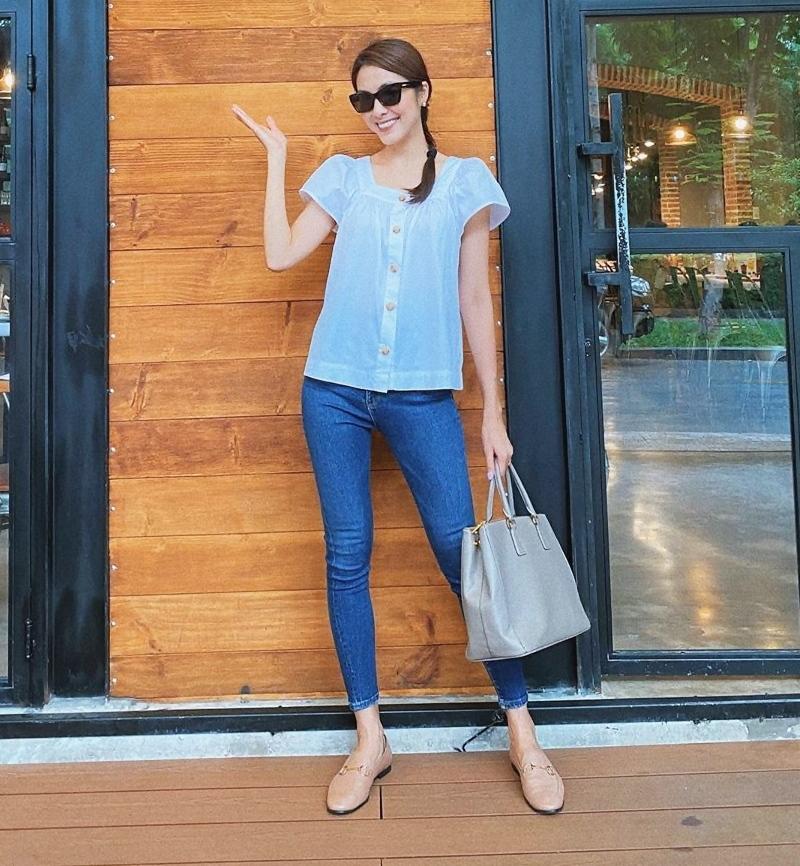 Cách diện sơ mi trắng và quần jeans như Hà Tăng là công thức rất lý tưởng cho ngày hè nóng bức.