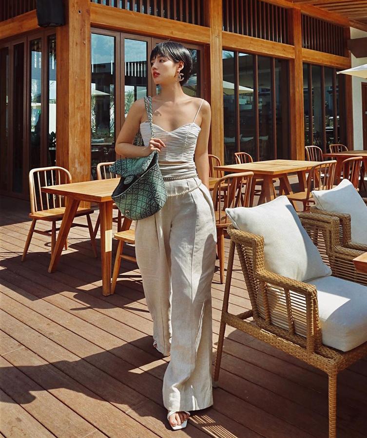 Chất liệu linen được Khánh Linh lựa chọn để trông mát mẻ mà vẫn sang trọng khi đi biển.