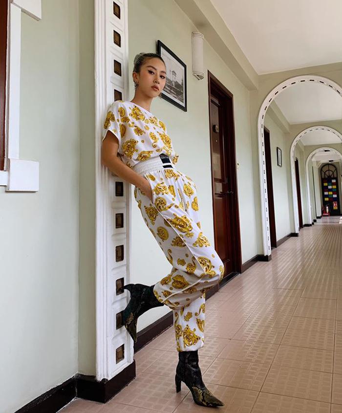 Quỳnh Anh Shyn diện cây đồ Versace cực ngầu. Cô nàng vẫn trung thành với cách mix boots cùng trang phục mùa hè.