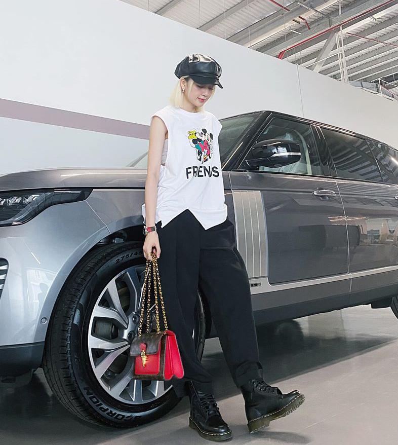 Phong cách ngổ ngáo với tank top, quần thụng giúp Thiều Bảo Trang trẻ trung hơn nhiều so với tuổi 28.
