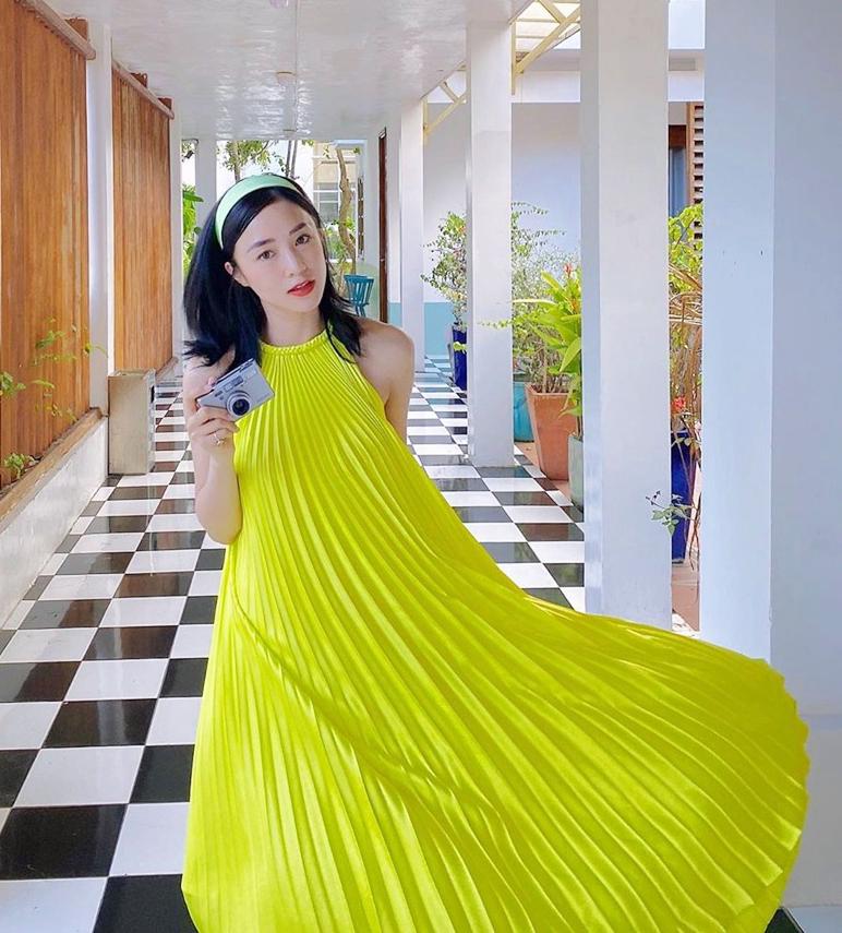 Chiếc váy vàng bồng xòe của NTK Adrian Anh Tuấn giúp Sa Lim có diện mạo sáng bừng ở khu nghỉ dưỡng.