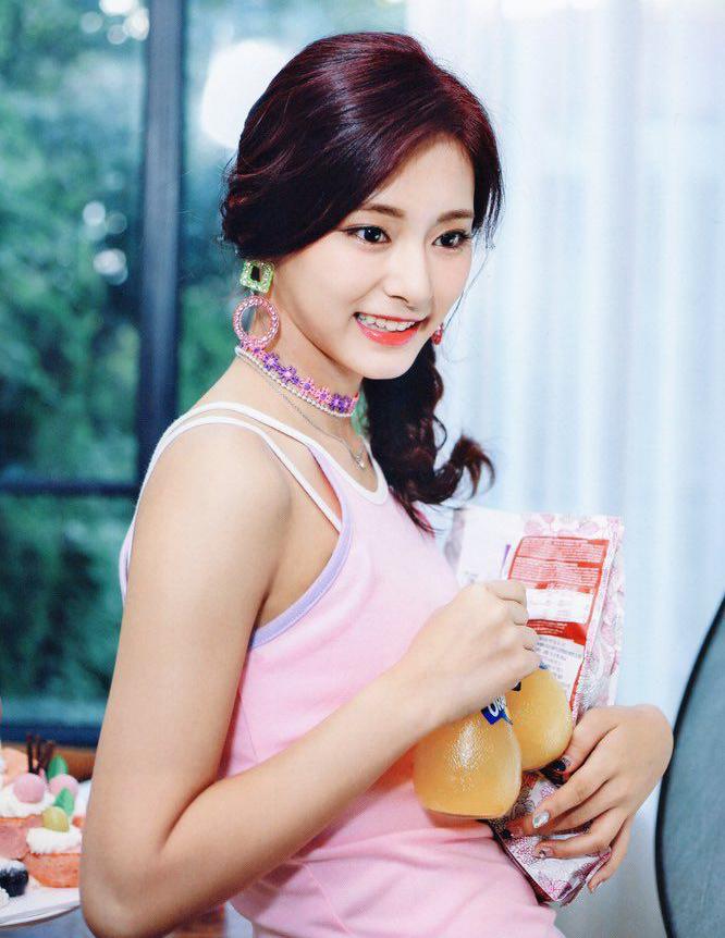 Choker màu sắc kẹo ngọt được Tzuyu sử dụng khi chụp ảnh quảng cáo.