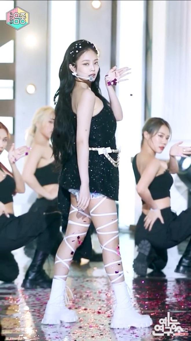 Diện cùng đôi boots kèm dây chằng chịt quấn quanh chân, trang phục của Jennie trông càng rối mắt hơn. Dù có thần thái đỉnh cao, nữ idol cũng không thể cứu bộ đồ trông như từ thập niên 90.