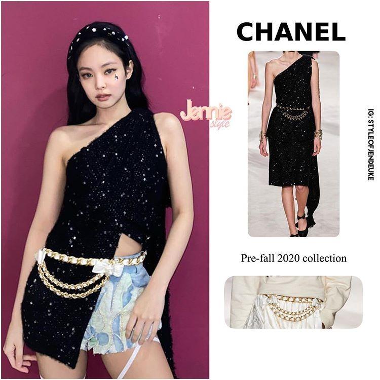 Chiếc váy Chanel giá trăm triệu đồng với thiết kế lệch vai dài đến gối được stylist biến tấu, cắt ngắn thành một chiếc áo xẻ tà cho Jennie. Trang phục kết hợp với dây xích thắt lưng cùng bộ sưu tập, đi kèm là chiếc quần jeans thêu đính. Nhiều khán giả nhận xét, màn mix-match không liên quan khiến outfit trông rối rắm và khá sến sẩm.