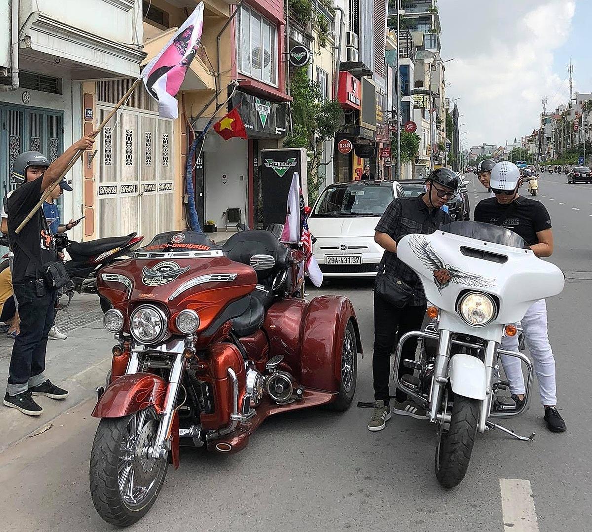 Fan chơi lớn với màn diễu hành bằng siêu xe mừng MV mới của Binz