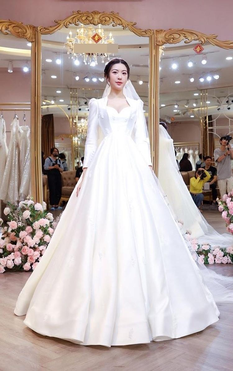 Váy tay bồng giá 80 triệu đồng.