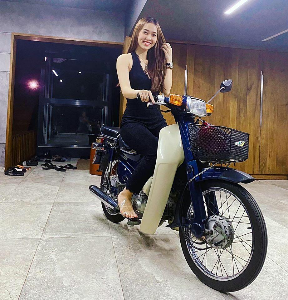 Diệp Bảo Ngọc cưỡi xe máy trong nhà.