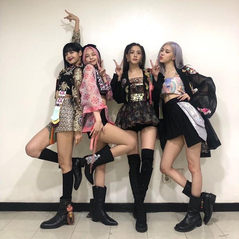 Black Pink đồng loạt khoe chân thon trong hậu trường với trang phục diễn từ MV. Lisa và Jennie tạo dáng song sinh hút ánh nhìn.