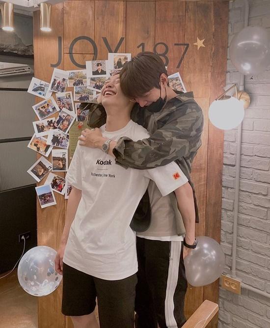 Lee Min Ho ôm, xoa đầu Woo Do Hwan cực tình khi tiễn cậu em chuẩn bị nhập ngũ. Hai diễn viên có mối quan hệ thân thiết sau Quân vương bất diệt.