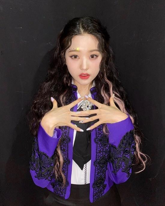 Jang Won Young trang điểm, làm nail lấp lánh tăng vẻ thu hút cho ngoại hình.