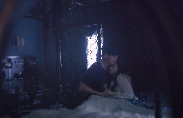 Kang Tae ôm, an ủi Moon Young khi cô gặp ác mộng.