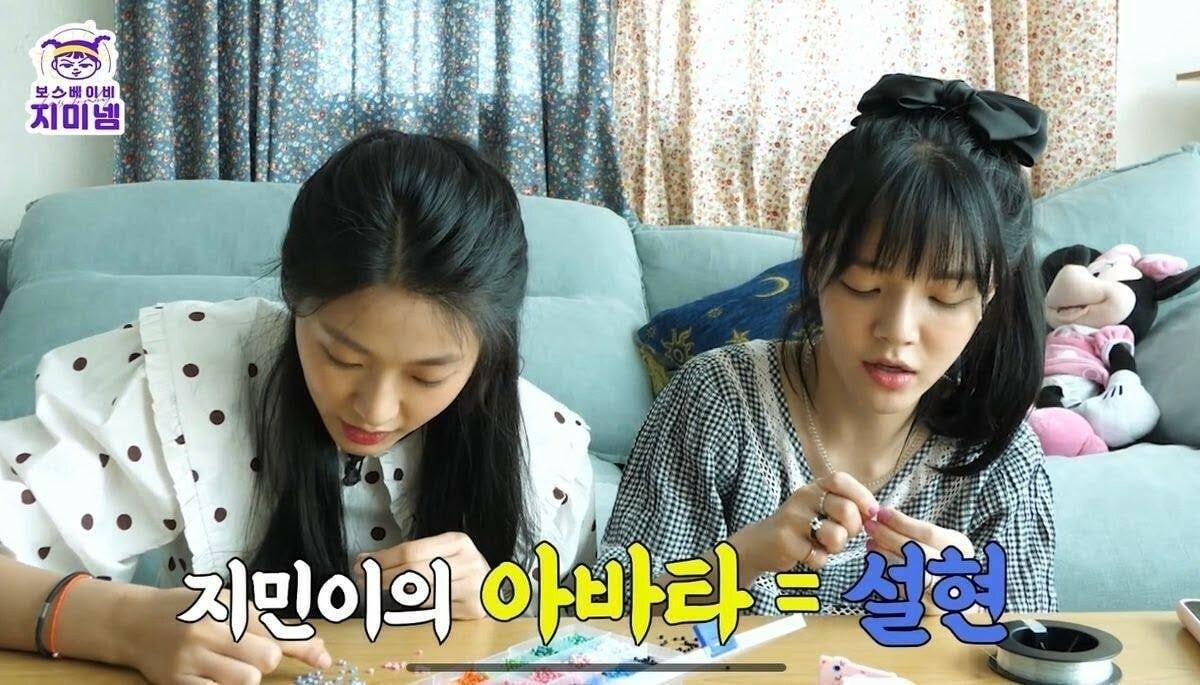 Seol Hyun nhiều lần bày tỏ tình chị em thân thiết với Ji Min, nói rằng tôi rất hiểu chị Ji Min, chị Ji Min luôn luôn đúng.
