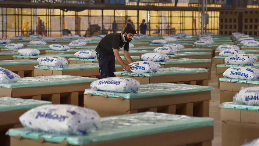 Giường làm bằng bìa carton được lắp đặt tại New Delhi, Ấn Độ. Ảnh: Thời báo Hindustan.