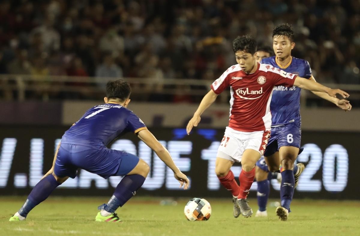 Công Phượng nằm trong đội hình chính ra sân của TP HCM ngay từ khi tiếng còi khai cuộc vang lên. Tiền đạo người xứ Nghệ háo hức tìm lại cảm giác bóng ở trận đấu này.