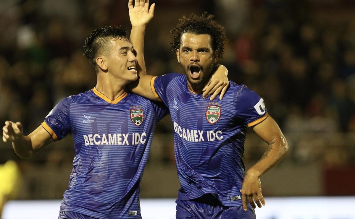 Các cầu thủ Bình Dương ăn mừng chiến thắng trên sân khách.