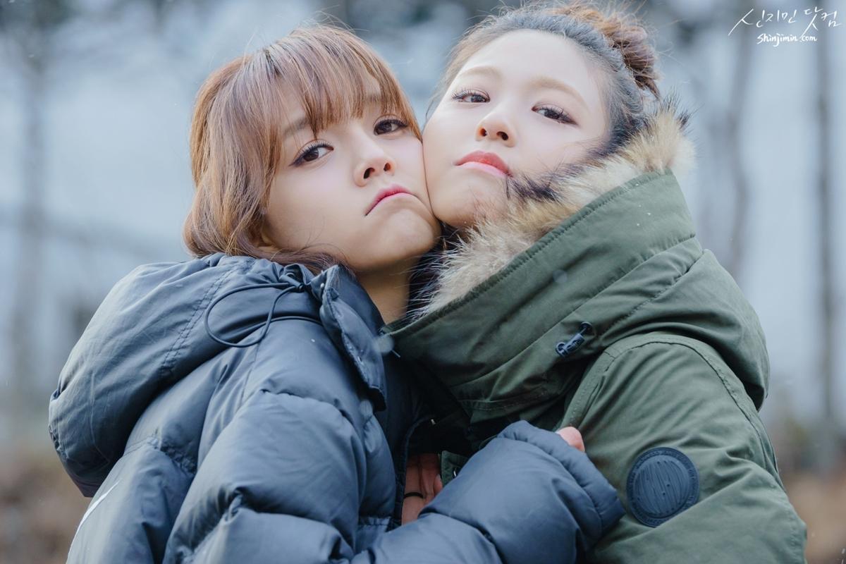 Seol Hyun (phải) bị vạ lây sau scandal bắt nạt của Ji Min.