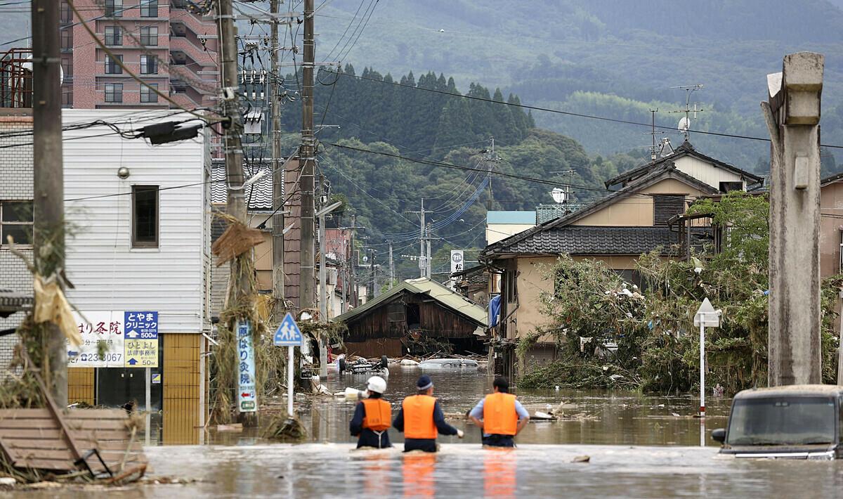 Nước dâng cao ngang thắt lưng, nhấn chìm ngôi nhà. Ảnh: Kyodo News.