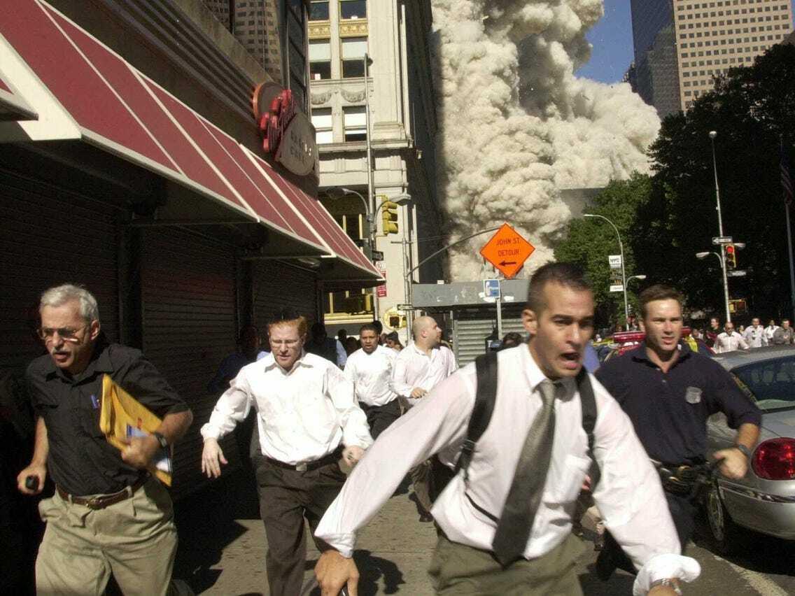 Ông Stephen Cooper (ngoài cùng bên trái) trong bức ảnh của AP chụp trong vụ khủng bố 11/9/2001.