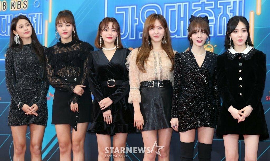 AOA thời còn hoạt động với đội hình 6 người. Mina (bìa phải) đứng cạnh Ji Min.