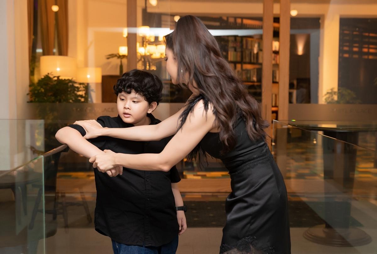 Nữ diễn viên Đường về có nhau chia sẻ con trai đang lớn rất nhanh, nhiều khi cô có cảm giác thảng thốt và lo lắng vì sợ không hiểu được Sushi. Sau những giờ làm việc, cô đều dành thời gian để lắng nghe và trò chuyện, để hiểu con trai nhiều hơn.