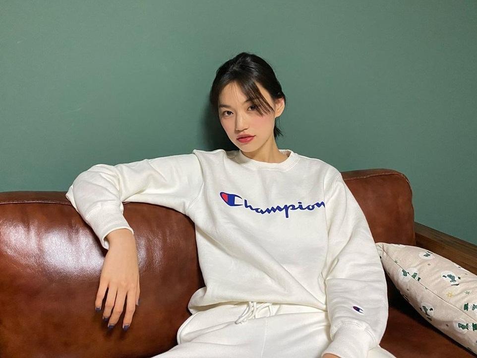 Kim Do Yeon diện bộ thể thao trắng khỏe khoắn.