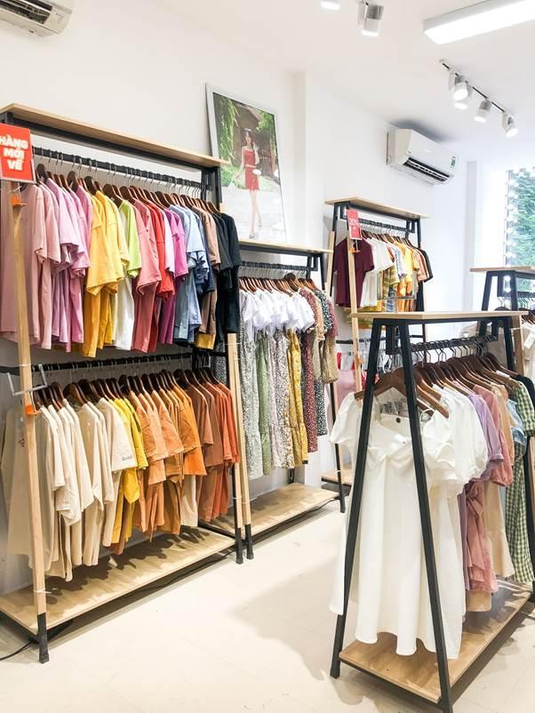 Hàng ngàn sản phẩm thời trang được trưng bày trong không gian mua sắm 2 tầng xinh xắn tại số 40 Chùa Láng