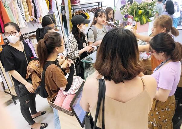 Khách hàng trải nghiệm làm móng miễn phí và khám phá những ưu đãi độc quyền khác tại May Boutique - 40 Chùa Láng.