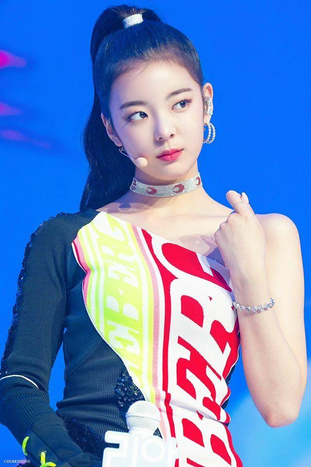 Trong các kiểu tóc quen thuộc của Lia, netizen khen style tóc buộc đuôi ngựa cao vừa mạnh mẽ, vừa sang chảnh là style hợp với cô nàng hơn cả.