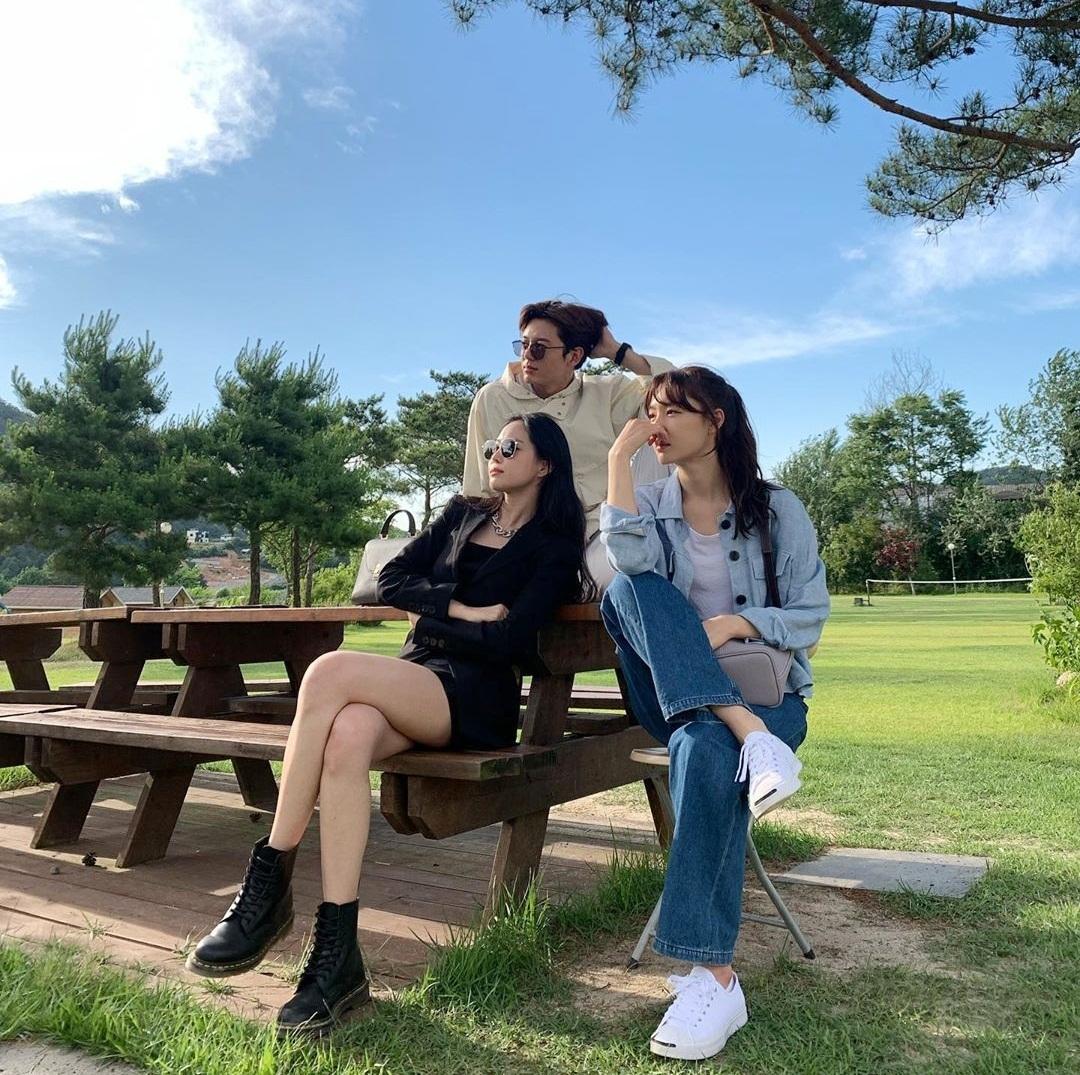 Na Eun diện váy ngắn khoe chân thon, dáng chuẩn, thần thái ngút ngàn bên bạn diễn Lee Ji Hoon và Seo Ji Hye.