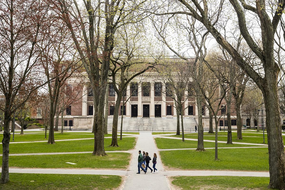Harvard là một trong những trường tuyên bố sẽ tổ chức các khóa học trực tuyến duy nhất vào mùa thu này. Ảnh: Bloomberg.