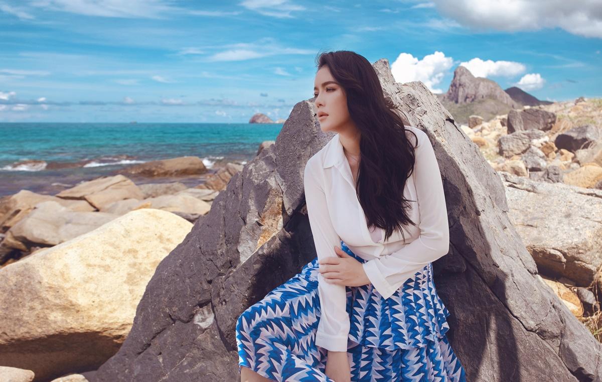 Nữ diễn viên tạo dáng trước biển. Chuyến đi giúp cô nạp năng lượng, chuẩn bị cho các dự án kinh doanh, nghệ thuật mới.