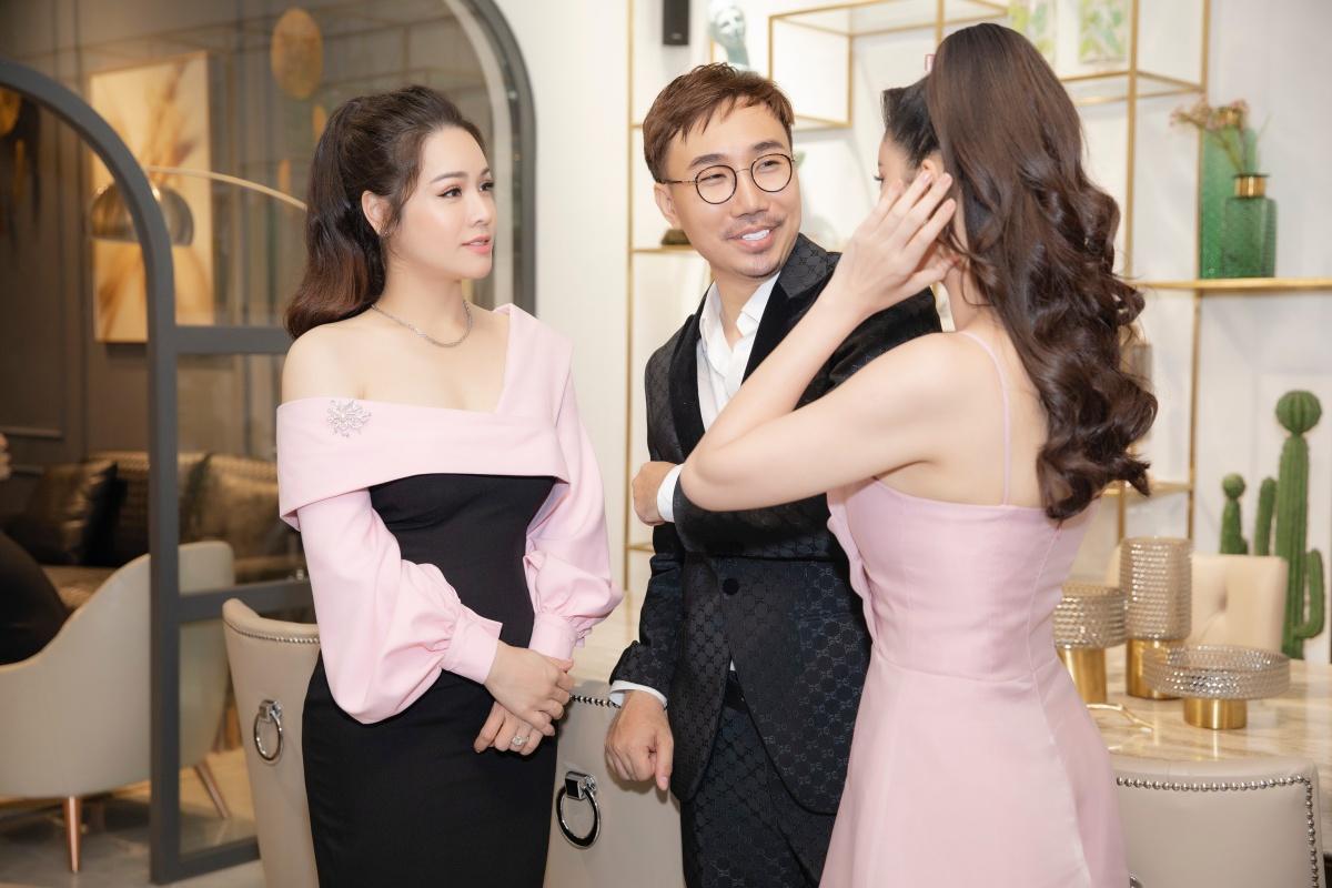 Sau khi dừng hoạt động nghệ thuật, Kan Hí đầu tư mở showroom nội thất cao cấp tại quận 2. Hai diễn viên nữ trò chuyện, ngỏ ý muốn hợp tác cùng đàn anh ở mảng đầu tư kinh doanh thời gian tới.