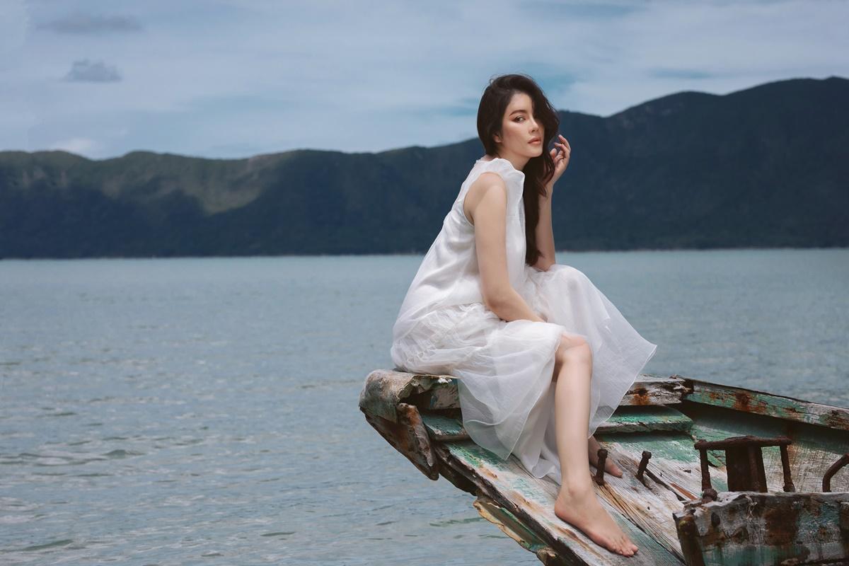 Lý Nhã Kỳ ngồi thuyền, ngắm biển trời mênh mông. Tôi thích sự hoang sơ của hòn đảo, cảm giác như đang lạc vào chốn thiên đường, cô nói.